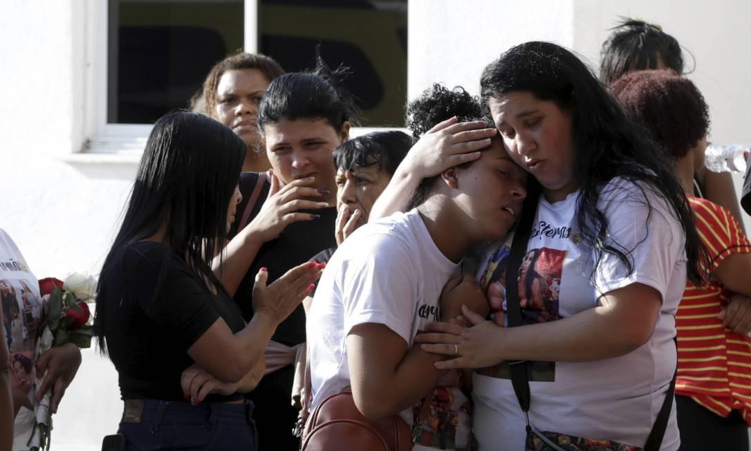 Família chora a morte das jovens Foto: Domingos Peixoto / Agência O Globo