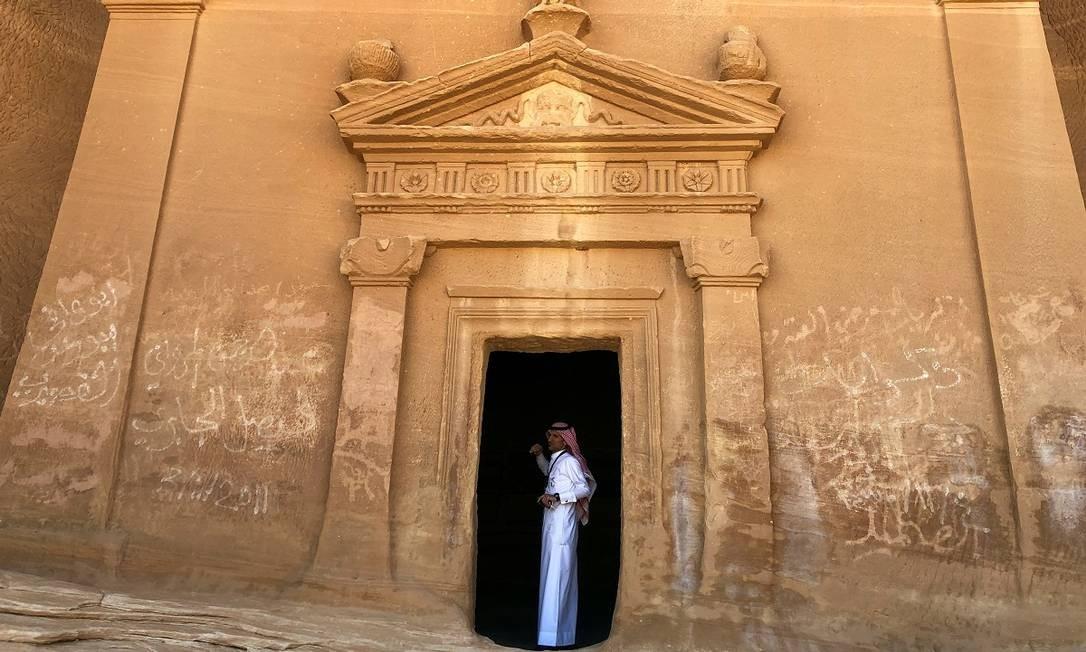 Guia indica uma tumba no sítio arqueológico de Madain Saleh, em Al-Ula, na Arábia Saudita Foto: Stephen Kalin / REUTERS