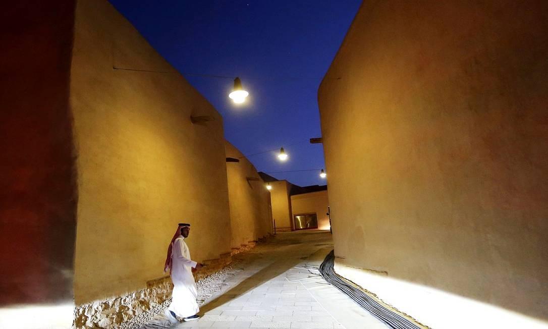Homem caminha entre os prédios renovados de Al-Diriyah, que foi a primeira capital saudita Foto: REUTERS