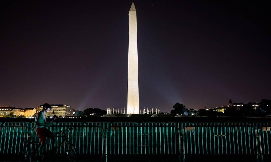 Um ciclista para em frente ao Monumento de Washington, reaberto recentemente Foto: Damon Winter / The New York Times