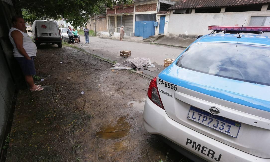 Polícia investiga chacina em Belford Roxo com quatro mortos Foto: Cléber Júnior / Agência O Globo