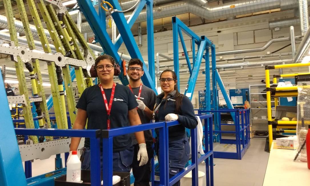 Luzieide da Silva, Vinicius Sousa e Graziella Sousa na linha de montagem da asa do Gripen, na Suécia Foto: Acervo pessoal