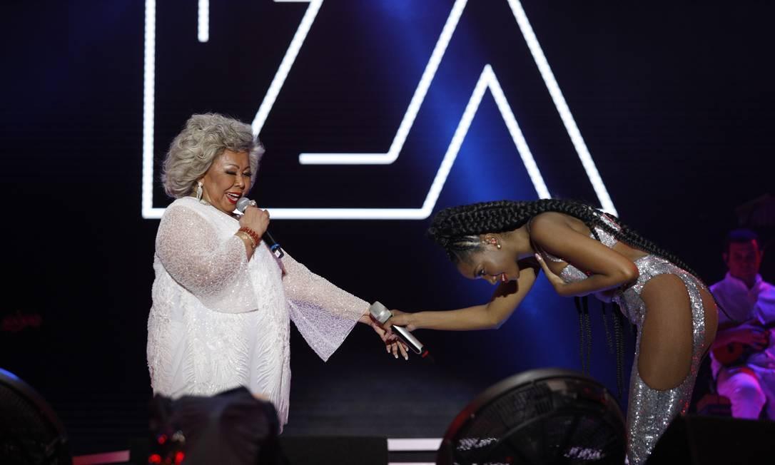Iza recebe Alciona em seu show no palco Sunset Foto: Brenno Carvalho / O Globo