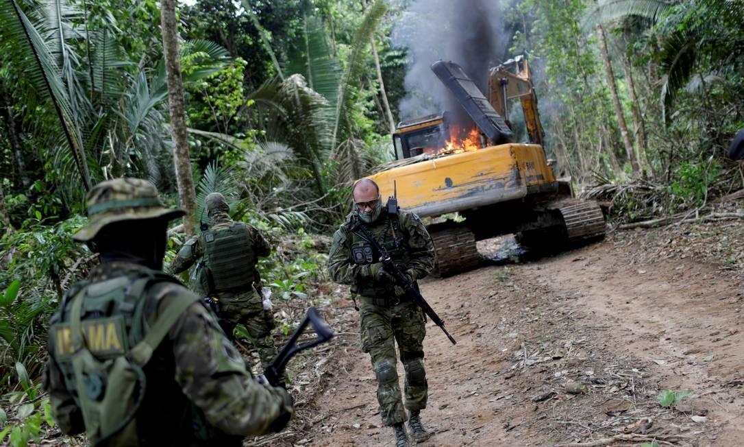 Máquinas de uma mina ilegal são destruídas em operação do Ibama no Pará; governo quer mudar critérios para a destruição desses equipamentos. Foto: Ricardo Moraes / Reuters