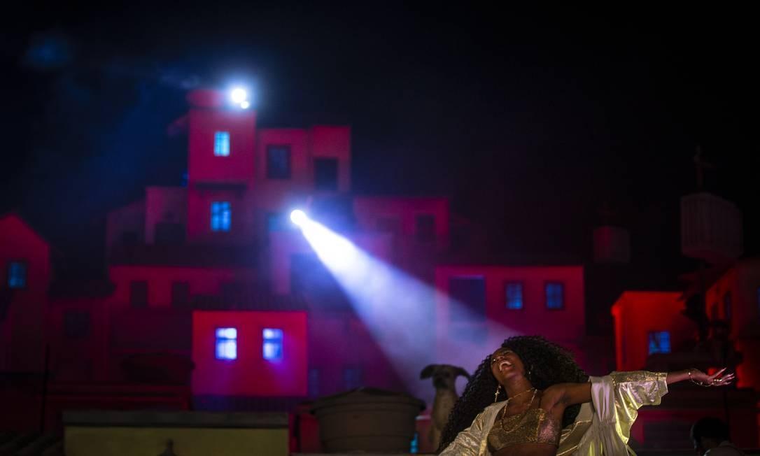A cantora Malía fez sua estreia no Rock in Rio na noite deste domingo, no Espaço Favela Foto: Alexandre Cassiano / Agência O Globo