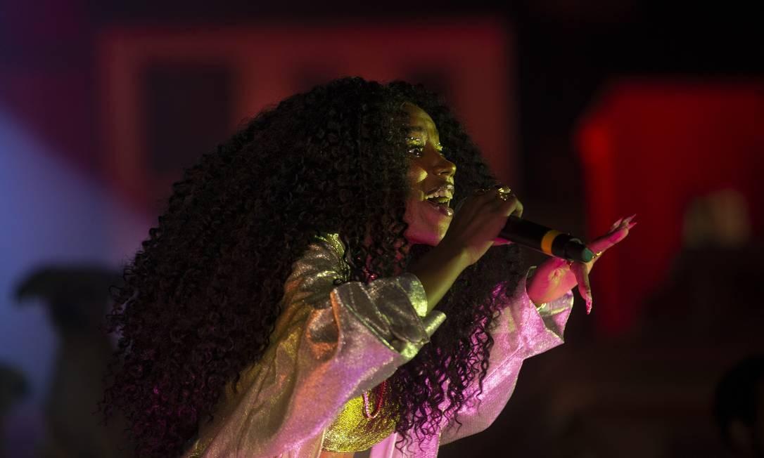 A cantora foi acompanhada por um coro animado Foto: Alexandre Cassiano / Agência O Globo