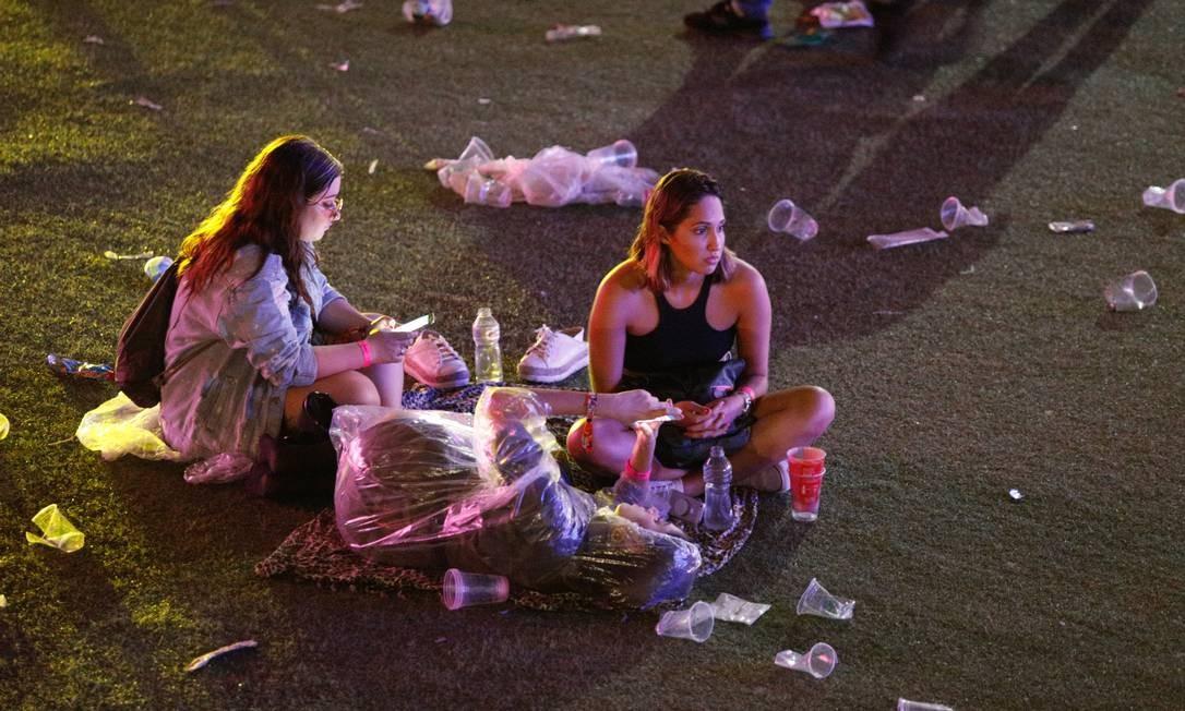 Público descansa em volta de lixo Foto: Agência O Globo