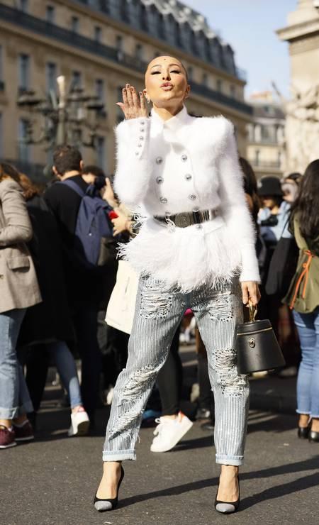 A simpatia de Sabrina Sato na Balmain, em Paris Foto: Hanna Lassen / Getty Images