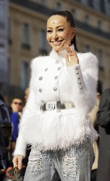 Sabrina Sato toda de Balmain para assistir ao desfile da marca na temporada francesa Foto: Hanna Lassen / Getty Images