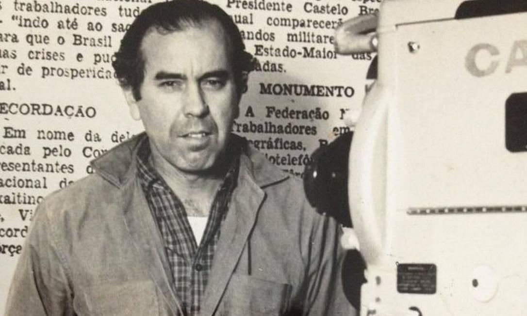 Newton Carlos nos anos 1960. Ele começou no jornalismo nos anos 1940 e trabalhou até recentemente Foto: Álbum de família
