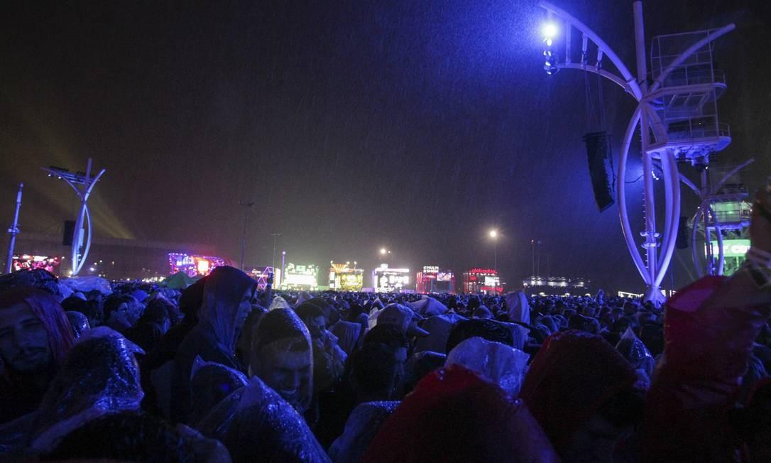 Público encarou chuva durante o show do rapper Foto: Foto de leitor /