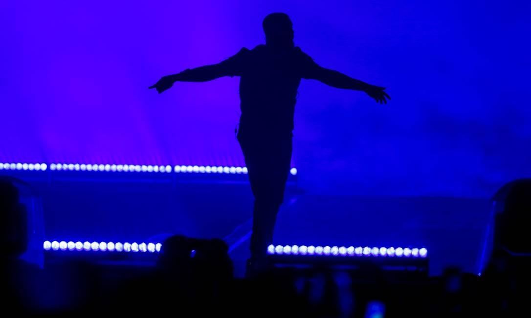 Escuridão durante o show incomodou fãs do artista. Drake mal aparecia no telão, dificultando registros Foto: Foto de leitor /