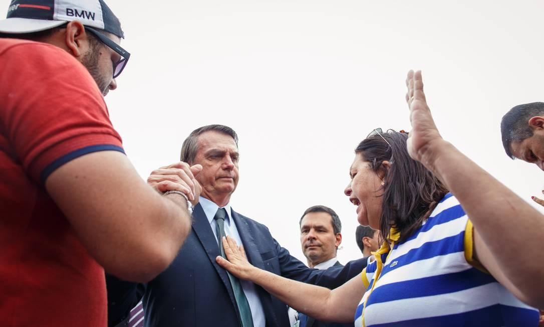Na Quarta-feira de Cinzas, Bolsonaro foi abençoado com uma oração por uma apoiadora paraibana Foto: Daniel Marenco / Agência O Globo - 06/03/2019