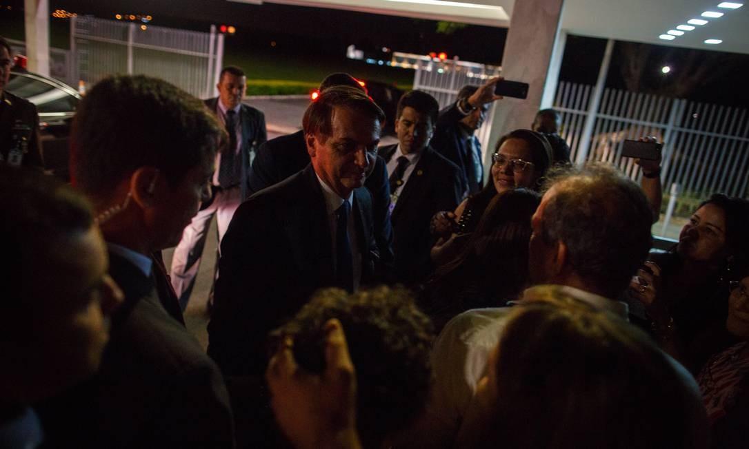 Bolsonaro fala com simpatizantes na entrada do Palacio da Alvorada Foto: Daniel Marenco / Agência O Globo - 13/05/2019