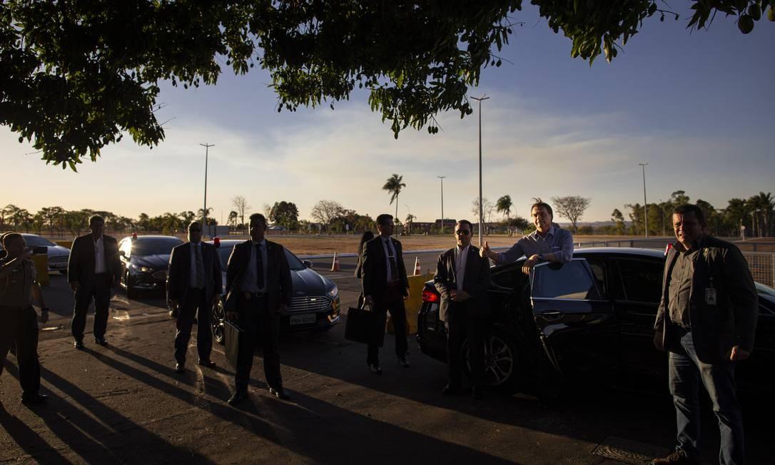 Jair Bolsonaro chega de volta ao Palácio da Alvorada, em Brasilia, após se submeter a mais uma cirurgia. O presidente não deixou de paror para acenar para apoiadores Foto: Daniel Marenco / Agência O Globo - 16/09/2019