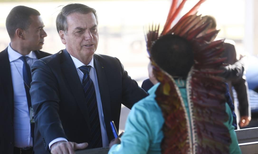 Bolsonaro conversa com índios Makuxi da Raposa Serra do Sol ao sair do Palácio da Alvorada Foto: Antonio Cruz / Agência Brasil - 08/08/2019