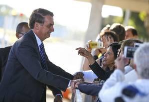 O presidente Jair Bolsonaro, cumprimenta populares e fala à imprensa no Palácio da Alvorada Foto: Marcelo Camargo / Agência Brasil