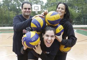 Treino pesado. Marília brinca com seus treinadores, Marco e Juliana Ripper, no Marina Barra Clube Foto: Divulgação/Marcos Ramos
