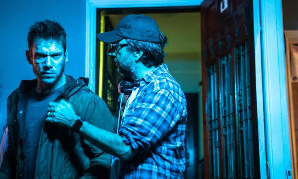 Vicente Amorim, à direita, dirige o ator britânico Jonathan Rhys Meyer no set de 'Princesa da Yakuza' Foto: Marcinho Nunes / Divulgação