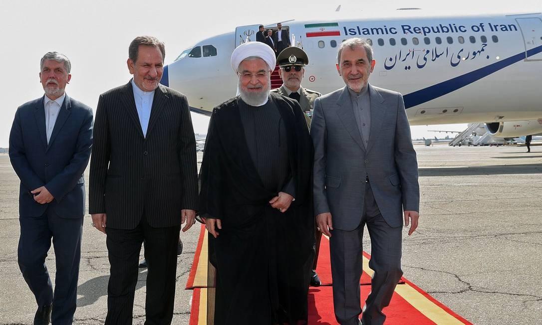 Presidente iraniano Hassan Rouhani, ao regressar a Teerã após participação na Assembleia Geral da ONU. Apesar de apelos de governos como o da França e sinais dos EUA, ele preferiu não se encontrar ou conversar diretamente com o presidente americano Donald Trump Foto: - / AFP