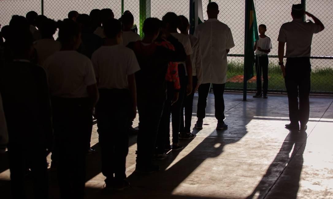 Militares, alunos e professores participaram de cerimônia na quadra de esportes do Centro Educacional (CED) 1, da Cidade Estrutural, em Brasília Foto: Daniel Marenco / Agência O Globo