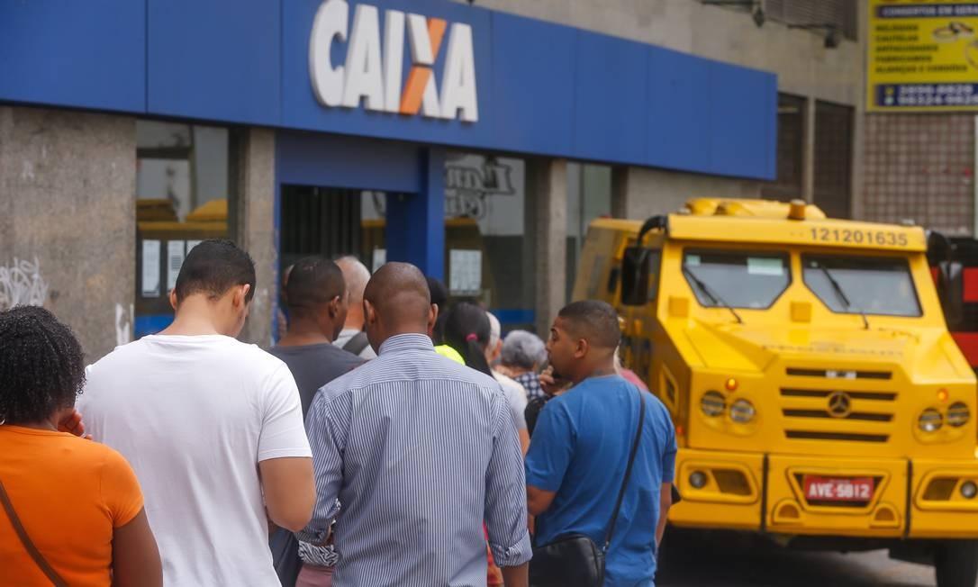 Fila na agência da Caixa no Méier para saque do FGTS: R$ 10 bilhões já foram liberados Foto: Marcelo Régua / Agência O Globo
