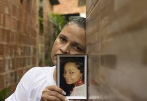 Jaqueline, mãe de jovem vítima de bala perdida na Fazendinha, no Complexo do Alemão, em 2017 Foto: Márcia Foletto / Agência O Globo