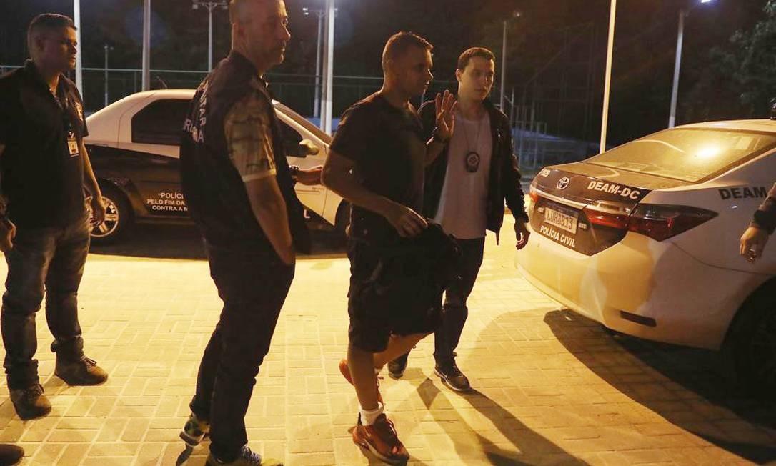 Daniel (de bermuda), no momento em que foi preso Foto: Divulgação