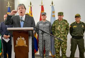 O chanceler colombiano, Carlos Holmes Trujillo, fala em entrevista coletiva ao lado de vários comandantes militares em Bogotá: novas denúncias contra a Colômbia Foto: RAUL ARBOLEDA / AFP