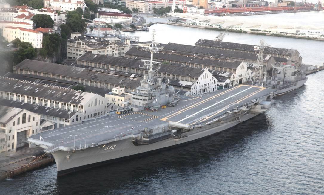 O porta-aviões São Paulo atracado na Ilha das Cobras. Ele foi adquirido em 2000 pela Marinha do Brasil e desativado em 2017 Foto: Genílson Araújo / Agência O Globo