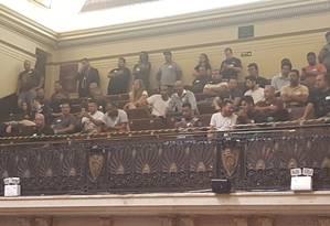 Motoristas acompanham sessão na Câmara dos Vereadores, que decidiu pelo adiamento da votação de projeto que pretende restringir circulação de veículos de aplicativos no Rio Foto: Luis Ernesto Magalhães / Agência Globo
