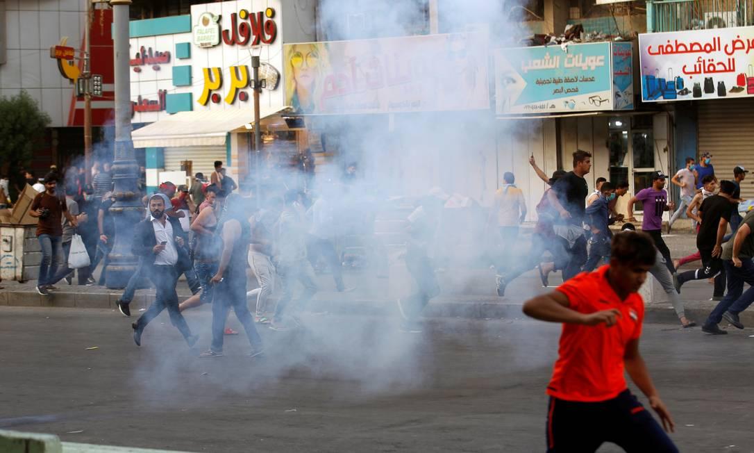 Polícia usa munição real, canhões de água e gás lacrimogêneo para dispersas os manifestantes em Bagdá Foto: THAIER AL-SUDANI / REUTERS