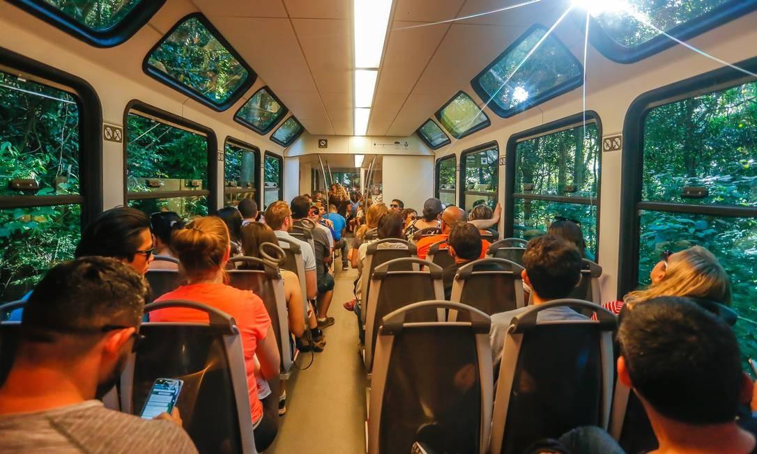 Ao todo, serão três novos trens. Além de permitirem que os usuários apreciem melhor a paisagem, eles também vão encurtar o tempo de viagem. Foto: Marcelo Regua / Agência O Globo