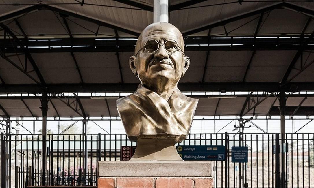 Busto de Mahatma Gandhi na entrada da estação de trem de Pietermaritzburg, na África do Sul, palco de um dos momentos determinantes da vida do ativista indiano Foto: RAJESH JANTILAL / AFP