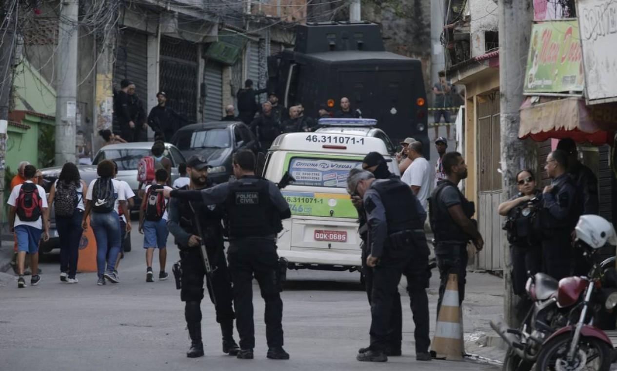 Megaoperação foi montada para realizar a reconstituição do crime Foto: Domingos Peixoto / Domingos Peixoto