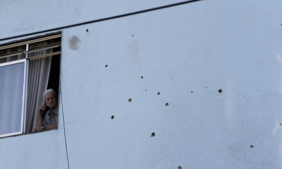 As marcas de tiros em um prédio que fica na Fazendinha Foto: Domingos Peixoto / Domingos Peixoto