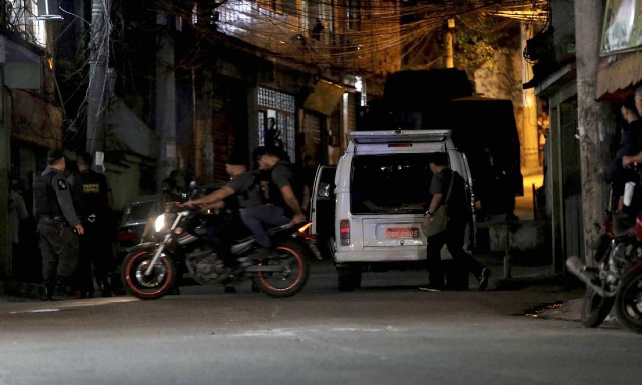 Uma moto foi usada na simulação para tentar elucidar o crime Foto: Domingos Peixoto / Agência O Globo