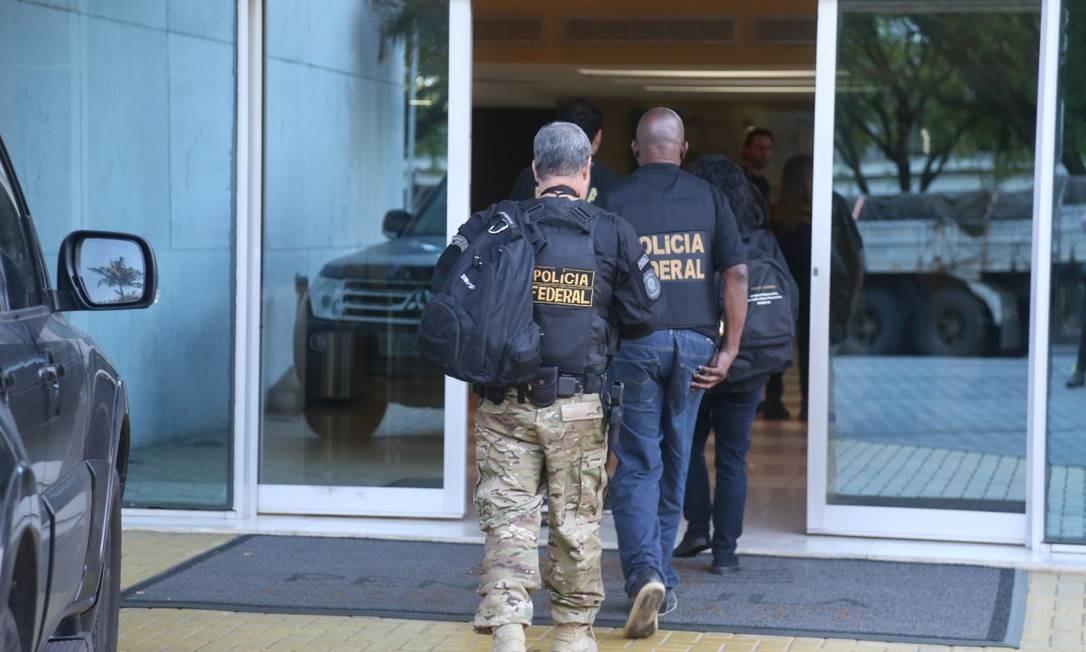 Agentes da PF e do MPF cumprem 14 mandados de prisão contra auditores e analistas da Receita Federal. Na foto, PF entrando no onde funciona um escritório da Receita Federal, na Barra da Tijuca Foto: Fabiano Rocha / Fabiano Rocha