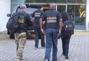 Agentes da Polícia Federal em ação na Operação Armadeira Foto: Fabiano Rocha / Agência O Globo