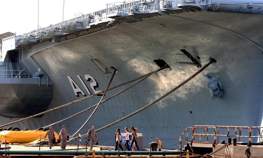 Manutenção no porta-aviões São Paulo na Praça Mauá, em 2007 Foto: Ivo Gonzalez / Agência O Globo
