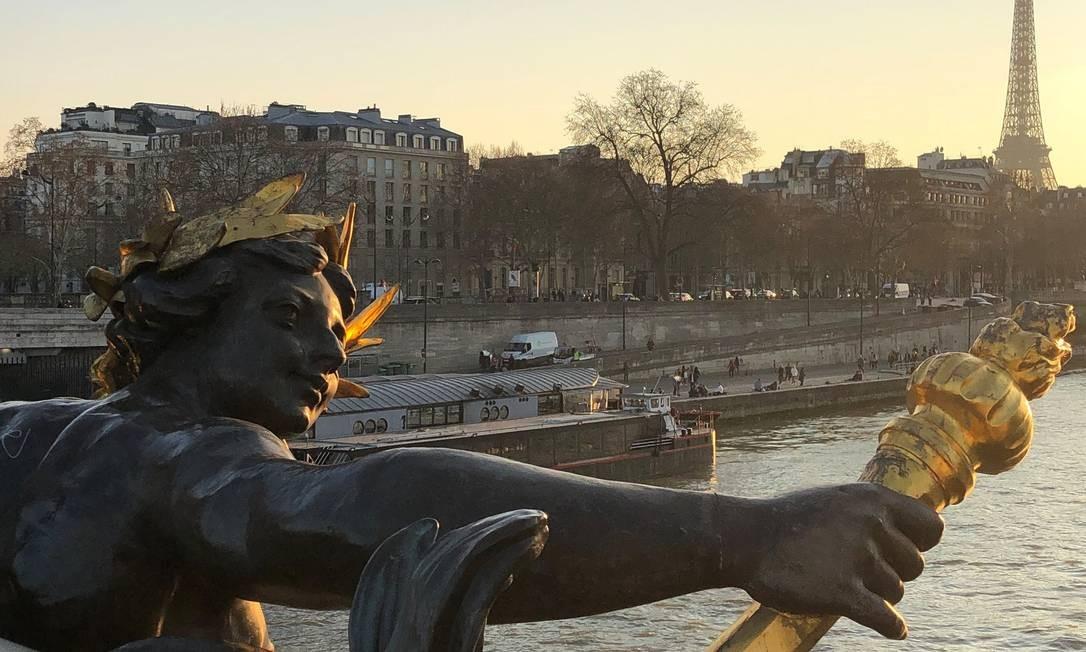 O pôr do sol com os tons do outono, visto da Ponte Alexandre III, em Paris, com o Rio Sena e a Torre Eiffel ao fundo Foto: Carla Lencastre