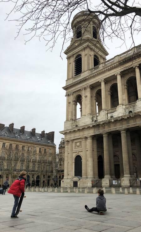 Jovens andam de skate em frente à igreja de Saint-Sulpice, perto da Catedral de Notre-Dame Foto: Carla Lencastre