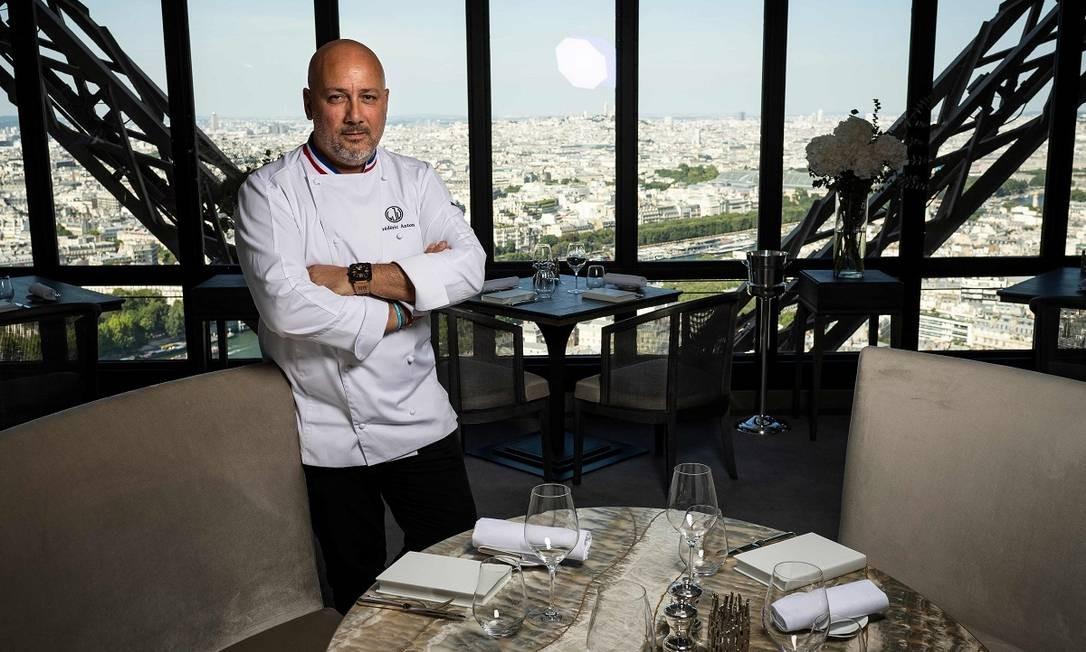 O estrelado chef francês Frederic Anton é o responsável pelo Le Jules Verne, o restaurante que funciona no topo da Torre Eiffel, a 125 metros de altura, e tem a melhor vista de Paris Foto: Lionel Bonaventure / AFP