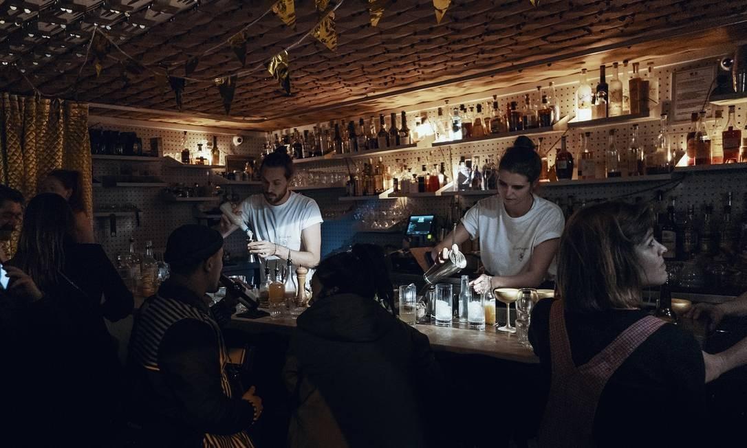 Balcão do Le Syndicat, considerado o melhor bar de Paris e o 24º do mundo Foto: Aron Farkas / Divulgação