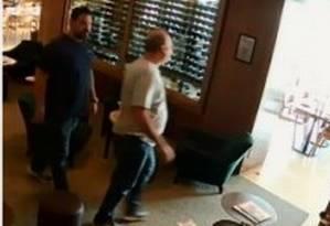 Câmera de segurança mostra delator e analista tributário da Receita que, segundo as investigações, cobrou propina Foto: Reprodução
