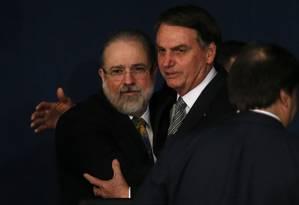 Jair Bolsonaro cumprimenta o procurador-geral da República, Augusto Aras, na cerimônia de posse Foto: Jorge William / Agência O Globo