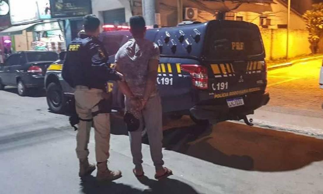 Agentes da PRF durante operação que prendeu Santos Foto: PRF / Divulgação