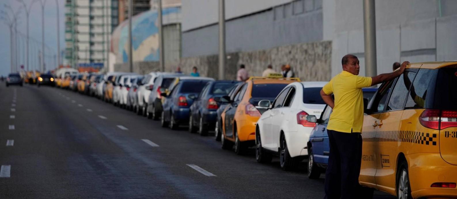 Dezenas de carros fazem fila em frente a um posto de gasolina em Havana Foto: ALEXANDRE MENEGHINI / REUTERS