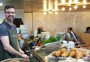 Frédéric Epicerie. O chef Fred de Maeyer prepara o menu de frente para os clientes na Epicerie que leva seu nome no Leme Foto: Divulgação/Karina Zanette