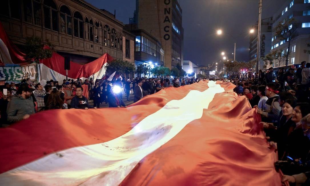 Peruanos fazem manifestação em apoio à ordem de dissolução do Congresso pelo presidente Martín Vizcarra na última segunda: investigação do escândalo da Odebrecht avança em meio à crise constitucional no país Foto: TARQUI PALOMINO/AFP/Andina/30-09-2019
